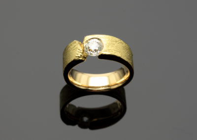 Ring, Brillant, Gold mit Stuktur